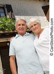 debout, maison, couple, personne agee, devant
