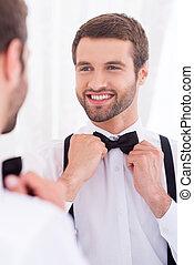 debout, marié., sien, chemise, ajustement, jeune, contre, arc, gros plan, quoique, miroir, cravate, blanc, homme, sourire heureux