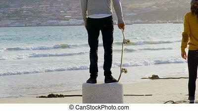debout, mer, jeune, vue, arrière, regarder, caucasien, plage...