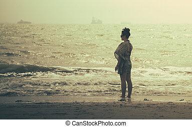 debout, merveilleux, femme, plage coucher soleil