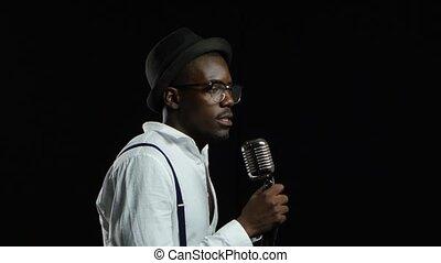 debout, microphone, africaine, haut, professionally, jeune, enregistrement, arrière-plan., américain, noir, moitié, fin, studio., chant, chiffre d'affaires