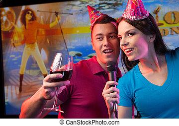 debout, microphone, couple, jeune, bar., verre, séduisant, tenue, girl, homme, chant, vin