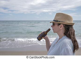 debout, mignon, brunette, bière, mer, girl, chapeau, boissons