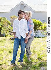 debout, mignon, jardin, couple, ensemble, leur