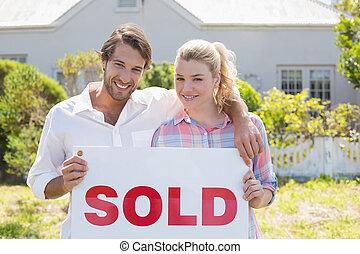 debout, mignon, jardin, couple, ensemble, signe, leur, tenue, vendu