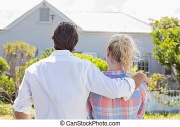 debout, mignon, jardin, maison, couple, ensemble, regarder, leur