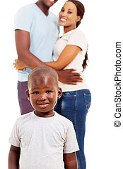 debout, mignon, petit garçon, parents, africaine, devant