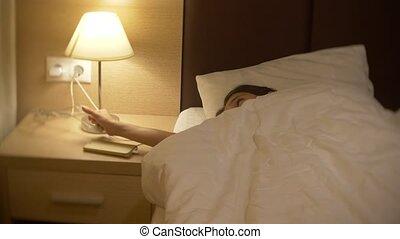 debout, mignon, peu, fermé, salle, elle, virages, elle, bed., chutes, lampe, chevet, 4k, table, girl, nuit, mensonge, asleep.
