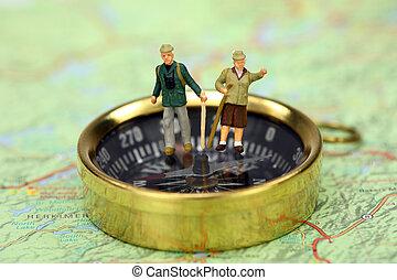 debout, miniature, randonneurs, compas