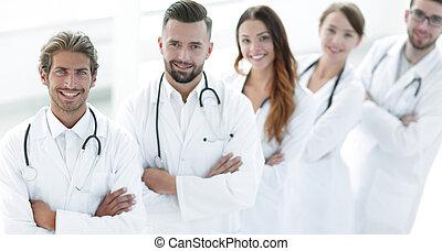 debout, monde médical, bras croisés, fond, équipe, blanc
