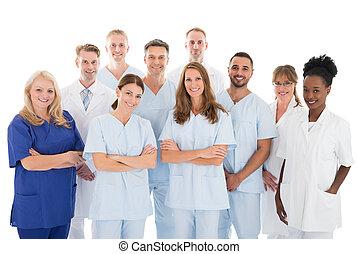 debout, monde médical, contre, fond, équipe, blanc, heureux