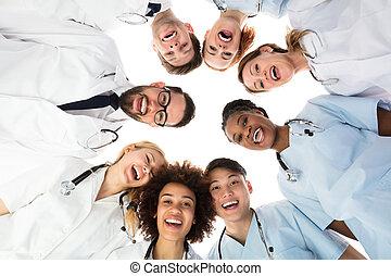 debout, monde médical, contre, fond, équipe, sourire, blanc