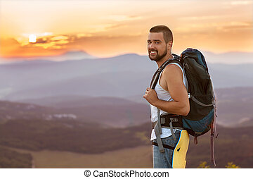 debout, montagne, sac à dos, randonneur, s, apprécier, sommet