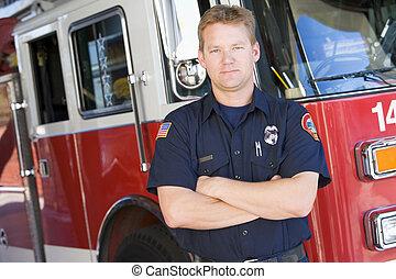 debout, moteur, devant, brûler, pompier