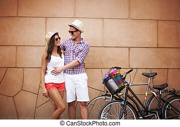 debout, mur, couple, jeune, étreindre, contre