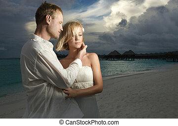 debout, nuages, palefrenier, menacer, couple, mariée, mariage, sous, sunset.