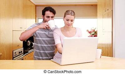 debout, ordinateur portable, couple, quoique, regarder, sourire