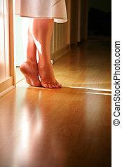 debout, orteils, plancher, bois dur, femme, jambes