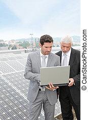 debout, panneaux, solaire, professionnels