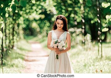 debout, parc, mariée, sous, portrait, voûte, heureux