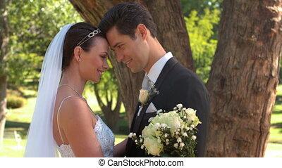 debout, parc, nouveaux mariés