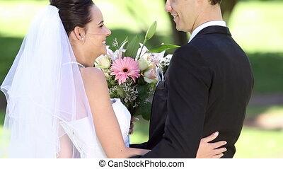 debout, parc, nouveaux mariés, heureux
