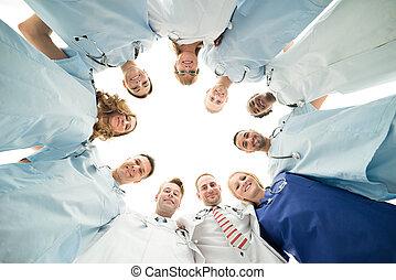 debout, petit groupe, monde médical, confiant, portrait équipe