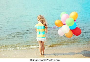 debout, peu, ballons, mer, dos, enfant, girl, plage, vue