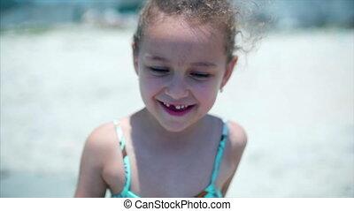 debout, peu, charmer, regarder, swimsuit., sourire, appareil-photo., enfant, portrait, girl, plage