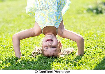 debout, peu, elle, tête, vert, lawn., girl, heureux