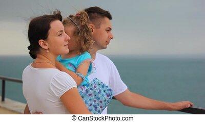 debout, peu, mother\'s, famille, regarde, mer, mains, girl