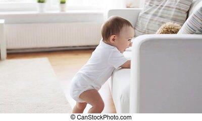 debout, peu, sofa, 5, tenant bébé, maison