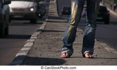 debout, pieds, girl, autoroute, milieu