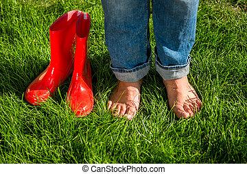 debout, pieds nue, jardin, suivant, gumboots, girl, herbe, rouges