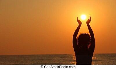 debout, plage, femme, elle, soleil, tenant mains