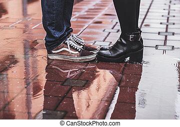 debout, pluvieux, couples dehors, jour, aimer