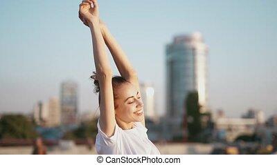 debout, pont, élevé, femme, fond, t-shirt, ville, jeune, ...