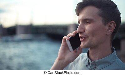 debout, pont, arrière-plan., jeune, téléphone, conversation, outdoors., homme