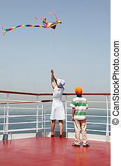 debout, pont, cerf volant, mère, jeune, fils, croisière, multicolore, jouer, paquebot