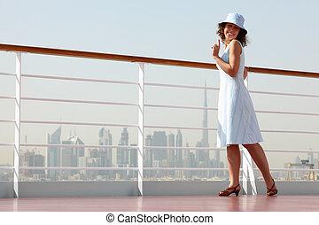 debout, pont, femme, beauté, ville, jeune, paquebot, brunette, fond, croisière