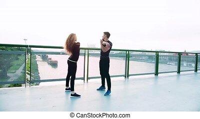 debout, pont, sportif, stretching., couple, jeune, ville