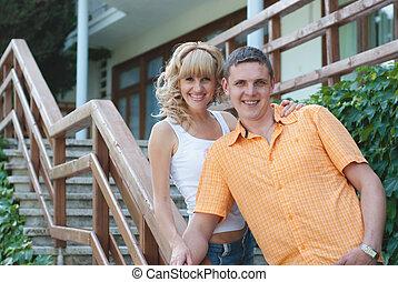debout, porche, couple, jeune, leur, devant