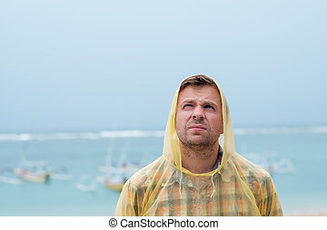 debout, porter, raincoat., mer, plage, caucasien, homme