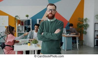 debout, portrait, regarder, appareil photo, bras, sérieux, homme affaires, bureau, traversé