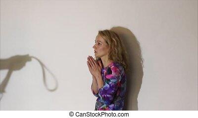 debout, pousse, femme, anonyme, processus, violence, conjugal, mur, peindre, effets, tenue, ceinture, conceptuel, effrayé, homme