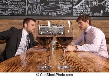 debout, premier plan, manger, restaurant, séance, deux, lunettes, lunch., café, amis, vin