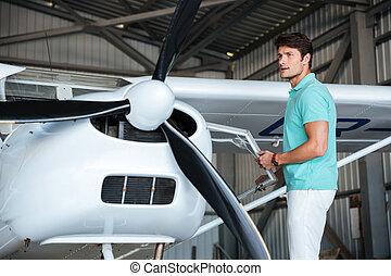 debout, privé, petit avion, homme, pilote
