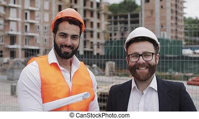 debout, professions, constructeur, site, regarder, arrière-plan., appareil photo, architecte, portrait, homme affaires, construction, heureux, construction, concept., ouvriers