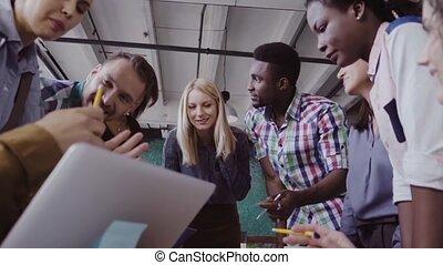 debout, project., groupe, fonctionnement, discuter., gens, jeune, course, équipe, mélangé, nouveau, table