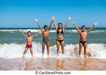 debout, quatre, adolescents, plage, groupe